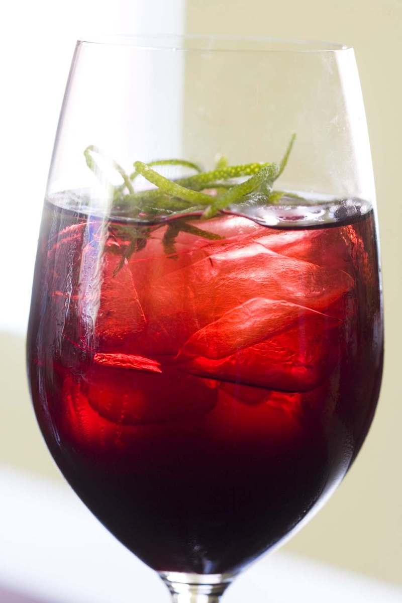 Iced_hibiscus_tea_with_lime_zest